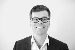 """<div class=""""fliesstext_vita""""><strong>HENN</strong><br />Daniel Festag<br /><br />Daniel Festag ist Projektleiter und Assoziierter bei HENN. Er hat mehr als 16 Jahre internationale Berufserfahrung. Im Jahr 2000 erhielt er das Diplom von der Bauhaus-Universität Weimar u.a. mit Studium an der Technischen Universität Delft/NL. Seit 2009 ist er bei HENN an der Planung und Realisierung von Bürogebäuden und Industriebauten maßgeblich beteiligt.</div>"""