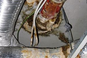 Bild1: Deckenuntersicht mit Durchdringung und Feuchteschäden