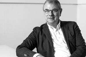 """<div class=""""autor_linie""""></div> <div class=""""dachzeile"""">Autor</div> <div class=""""autor_linie""""></div> <div class=""""fliesstext_vita""""><span class=""""ueberschrift_hervorgehoben"""">Siegfried Wernik </span>studierte Architektur an der RWTH Aachen, wo er 1978 sein Diplom machte. Anschließend wurde er Associate Partner Stirling Wilford &amp; Associates. Von 1994–2014 war er geschäftsführender Gesellschafter des Architekturbüros Léon Wohlhage Wernik. Von 2011–2015 war Wernik Vorsitzender des Vereins buildingSMART e.V., seit 2015 sitzt er im Aufsichtsrat der planen-bauen 4.0 GmbH. Darüber hinaus ist Wernik geschäftsführender Gesellschafter der DhochN Digital Engineering GmbH und der ORANGE BLU building solutions GmbH &amp; Co KG.</div> <div class=""""autor_linie""""></div> <div class=""""fliesstext_vita"""">Mehr Informationen: www.DhochN.com</div>"""