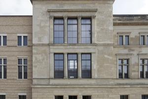 Blick vom zukünftigen Foyer auf die zweigeteilte Westfassade des Neuen Museums