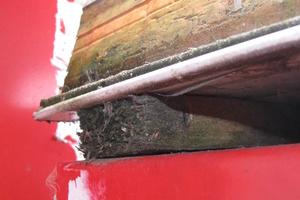 Bild6: Hohlraum und Holzlatte unterhalb der Sandwichelemente beim Nebengebäude