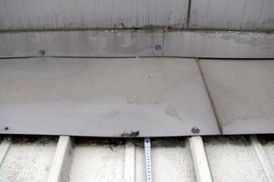 Bild3: Firstseitiger Anschluss der Dachfläche des Nebengebäudes an die Hallenwand