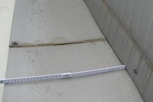 Bild4: Seitlicher Anschluss der Dachfläche des Nebengebäudes an die Hallenwand