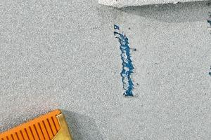 Bild4: Probenahme aus einem geschädigten Bereich unterhalb der Entwässerungsöffnung eines Fensterrahmens