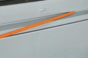 Bild1: Ablaufspuren auf der Metallfassade unterhalb eines Fensters – Überblick
