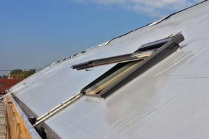 Nach der Montage der Dachelemente wurde eine Folienabdichtung aufgebracht, darauf die Unterkonstruktion für die Photovoltaik-Module