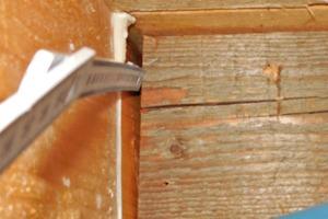 Bild 9: Spalt zwischen dem Sparren und dem Stellbrett bzw. Füllholz (Innenseite)