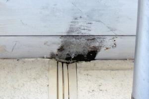 Bild 3: Schadensbild bei der Dachschalung im Bereich der Fuge zwischen benachbarten Reihenhäusern