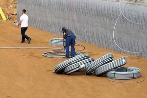 Für den Erdspeicher wurden unter der Bodenplatte 4000 m PE-Rohre in Schichten eingebracht