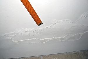 Bild3: Schadensbild im Sockelbereich einer Erdgeschoss-Außenwand