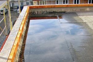 Bild1: Pfütze auf der Abdichtung einer nicht fertiggestellten Dachterrasse