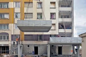 Die Tiefen der Wintergärten (3m) und der vorgelagerten Balkone (1m) ergaben sich einerseits aus bautechnischen Überlegungen, wie dem Gewicht des gesamten Fassadenpakets, der Produktionstechnik, den Transportmöglichkeiten, sowie den Montagemöglichkeiten vor Ort. Zum anderen bestimmen die zur Verfügung stehenden Grundstücksflächen sowie eine ausgeglichene Balance zwischen der Masse der bestehenden Baukörper und den Zubauten die Tiefe. Nicht zuletzt spielten die Nutzungsmöglichkeiten und ausgewogenen Raumverhältnisse die Maße der Wintergärten