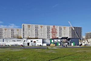 Die Bauaufgabe bestand aus der Transformation zweier, schmaler ca. 10m breiter Wohnriegel mit einer jeweiligen Länge von ca. 150m (Blöcke H+I) und einer Höhe von rund 45m und einem kleineren, ca. 31m hohen und 60m langen Wohngebäude (Block G)
