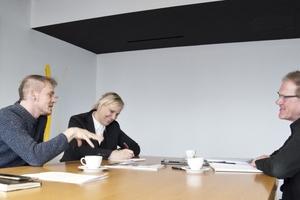 """Herwig Spiegl, DBZ Heftpate der aktuellen Ausgabe, diskutiert mit Sandra Greiser und Burkhard Fröhlich darüber, was """"bedarfsgerechter"""" Wohnungsbau ist."""