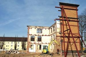 Tatsächlich konnte nur ein Teil der historischen Fassade erhalten werden. Sie musste im Bereich des neuen Treppenhauses an der Südseite verlängert werden. Bei dieser Rekonstruktion konnten teilweise die alten Form- und Gesimssteine wiederverwendet werden. War dies nicht möglich, wurden sie nach den Vorlagen des Bestandes nachgearbeitet