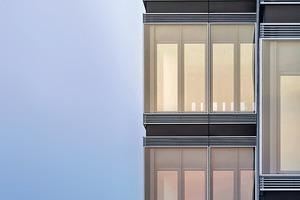 Eine zweischalige Fassade mit Prallscheiben und dahinterliegenden Öffnungsflügeln ermöglicht eine individuelle Lüftung für ein angenehmes Raumklima. Sie wird durch horizontale Schlitze belüftet, die die Ansicht der Gebäude rhythmisch gliedert
