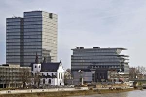 Das maxCologne steht gegenüber dem Kölner Dom auf der anderen Rheinseite - beide stehen als markante Hochpunkte in der Pufferzone der Weltkulturerbestätte, in der seit einer Kontroverse im Jahr 2006 keine neuen Hochhäuser genehmigt werden