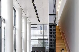 Der repräsentative Eingangsbereich des Lanxess-Towers war vor dem Umbau ein Teil der Parkgarage des Lufthansa-Hauses. Trennwände kaschieren geschickt die massiven Stützen der früheren Nutzung