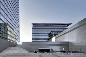 Parkgaragen und Technikräume gruppierten die Architekten am Fuße des Lanxess-Towers. Eine Treppe und Autorampe führen hinauf auf den höher liegenden Kennedyplatz.