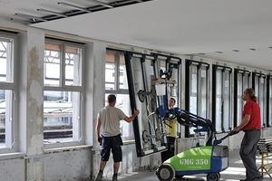 Hinter den restaurierten Fensterfronten der Obergeschosse wurde zusätzlich eine Innenfassade mit Fenstern aus Metall eingebaut, um die Wärme- und Schalldämmung zu verbessern
