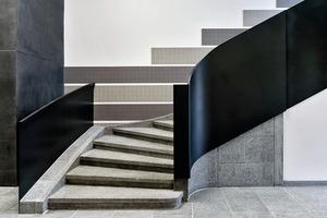 In den Treppenhäusern restaurierten die Planer die bandförmigen Wandbeläge aus ursprünglich nahezu fugenlos verlegtem Feinsteinzeug in warmen Grau-Beige-Tönen