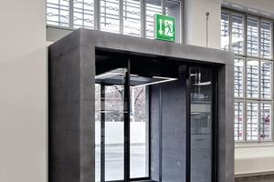 Für die neugesetzten Eingänge entwickelten die Architekten markante Rahmen aus gefärbtem Sichtbeton