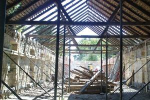 Das einstige Gesindehaus wurde ent-kernt, bis nur noch seine schützende Außenhülle stand
