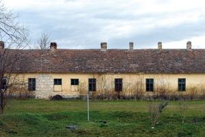 Das ehemalige Gesindehaus steht als Teil des landwirtschaftlichen Ensembles seit 250 Jahren ...