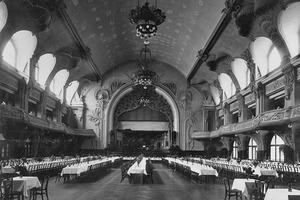 Der Große Saal nach 1900: In diesen Zustand sollte der Große Saal wieder versetzt werden. Das vom Dachstuhl abgehängte Tonnengewölbe war noch vorhanden und konnte konstruktiv ertüchtigt werden