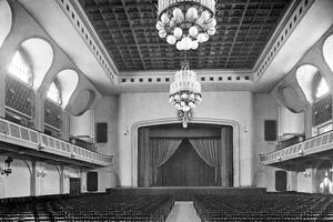 Der Große Saal in seiner Fassung von 1946: Bei der Behebung von Kriegsschäden und der Wiedererrichtung verschwand das originale Tonnengewölbe hinter einer Kassettendecke, die Galerien wurden erheblich vergrößert und die Jugendstilverzierungen wurden entfernt<br />