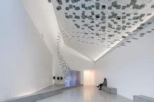 Innen wird das homogene, sehr kompakte Volumen des Besucherzentrums in eine vielfältige Raumlandschaft aufgelöst