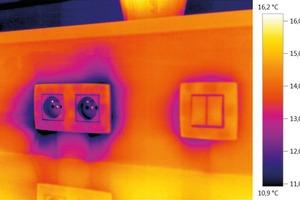 Luftundichtigkeiten, etwa an Steckdosen, lassen sich am besten mit einer kombinierten Blower-Door und Thermografie-Messung dokumentieren