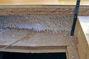 Bild3: Holzkonstruktion oberhalb des ungenutzten Schwimmbeckens mit (neuem) Bodenbelag aus Parkett