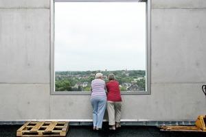"""""""Holzfußboden?! Kommt mir nicht ins Haus. Ich nehme Beton, da weiß ich, was drin ist, Elsbeth."""" Dachterrasse Zollverein School, Essen"""