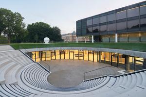 Die Agora, eine moderne Interpretation des antiken Versammlungsplatzes, ist beim Bürger- und Medienzentrum öffentlicher Versammlungsraum, Tageslichtquelle und Eingang zugleich