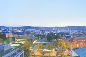 In das denkmalgeschützte Ensemble aus Haus des Landtags, Schlossgarten und Akademiegarten, entwarfen Henning Larsen Architecs einen Neubau, der auf den ersten Blick nicht sichtbar ist
