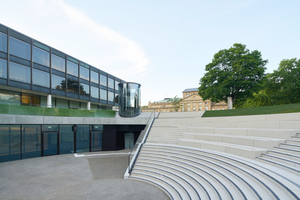Das landschaftliche Element ist angelehnt an die Form eines antiken Amphitheaters und führt mit breiten, einladenden Sitzstufen hinab zum Foyer des Bürger- und Medienzentrums