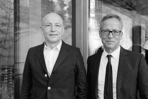 """<div class=""""fliesstext_vita""""><strong>blocher partners (v.l.n.r.)</strong><br /><br /><strong>Dieter Blocher</strong><br />ist Gründer und CEO des Architektur- und Designbüros blocher partners, das er nach Architekturstudium in Stuttgart und Chicago, Lehrtätigkeit und diversen beruflichen Stationen mit seiner Frau, der Innenarchitektin Jutta Blocher, 1989 gegründet hat. Heute entwickeln die rund 160 Mitarbeiter der drei Niederlassungen in interdisziplinären Teams ganzheitliche Planungen. </div><div class=""""fliesstext_vita""""><br /><strong>Wolfgang Mairinger</strong><br />studierte Architektur an der FH Regensburg und der TH Karlsruhe. Zunächst Mitarbeit in verschiedenen Architekturbüros. Seit 1995 ist er bei blocher partners tätig, seit 1996 als Senior Partner, Gesellschafter und Leiter des Mannheimer Büros. </div>"""