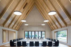 Der Bürgersaal kann je nach Nutzung bis zu 150 Gäste aufnehmen. Die akustisch wirksame Holzverkleidung des 12m hohen Raumes sorgt für optimierte Nachhallzeiten, so dass hier auch Konzerte stattfinden können. Aus Kostengründen verzichteten die Planer auf eine Lüftungsanlage, fünf Lüftungsklappen im Dach sorgen jetzt für annehmbare Temperaturen im Bürgersaal