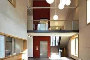 Das Foyer mit Empfang und Treppenhaus