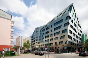 Die Gebäudespitze markiert die zweigeschossige Penthouse-Wohnung