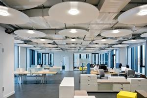 Die Arbeitsbereiche haben eine Raumwirkung zwischen Werkstatt und Loft, sind hell und weit, farblich reduziert, mit industriell anmutenden Details