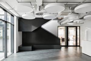 Das Material Stahl spielt eine prägende Rolle, auch bei der markanten Treppe vom Erdgeschoss in den Tagungsbereich im Obergeschoss<br />