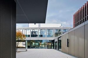 Der zentrale Innenhof bildet die kommunkative Mitte und verbindet die beiden Zugänge