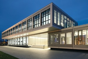 Die Architekten nutzen die Modulbauweise geschickt als Gestaltungselement, indem sie die Module übereinander stapeln und auskragen lassen