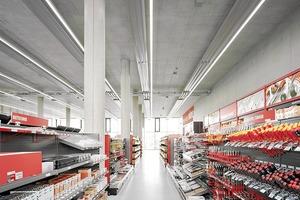 Im Erdgeschoss ordneten die Architekten die Verkaufsniederlassung, die das Sortiment zeigt, ...