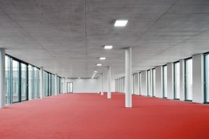 Großraumbüros, die sich über eine ganze Gebäudeseite spannen ...