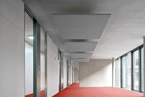 Während in den bestehenden Unternehmensbauten die Signalfarbe des Würth-Logos über das gesamte Gebäude verteilt zu finden ist, konzentrierten sich Bauherrin und Architekten hier auf den Boden ...