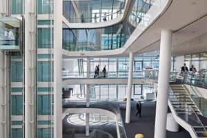 Der Wunsch nach Offenheit und Transparenz wird zum einen durch die der Öffentlichkeit zugänglichen Innenhöfe dokumentiert, zum andern auch durch die Gestaltung der Büroetagen, die von mehreren Seiten einsehbar und belichtet sind