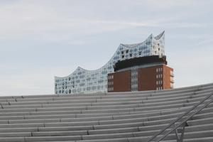 Gefährliche Treppenlandschaft in der Elbphilharmonie? Die hier vorne stammen von Zaha Hadid und sind auch nicht von der Treppenstange gefertigt
